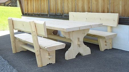 Gartentisch und Bänke